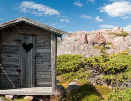 drewniana toalta na szlaku turystycznym