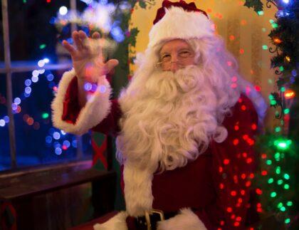 Święty Mikołaj siedzący na toalecie