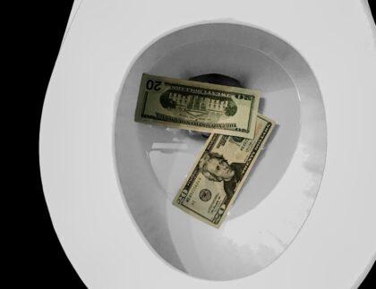 pieniądze papierowe w muszli klozetowej