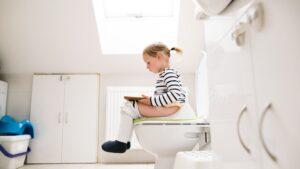 Dziecko siedzące na toalecie